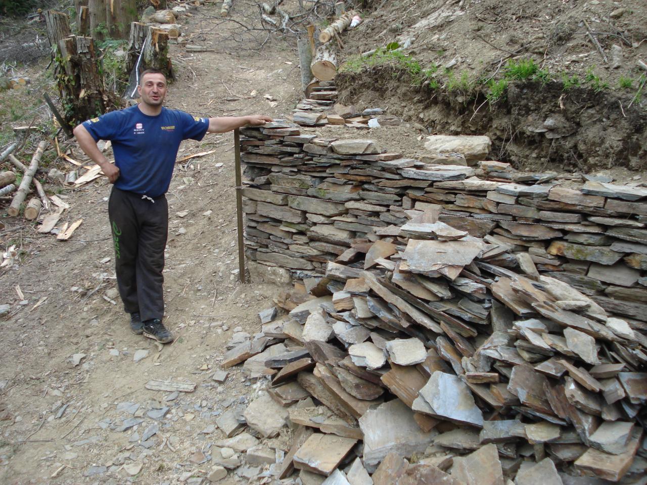 Construction du mur en pierres sèches, José et Simon (13)