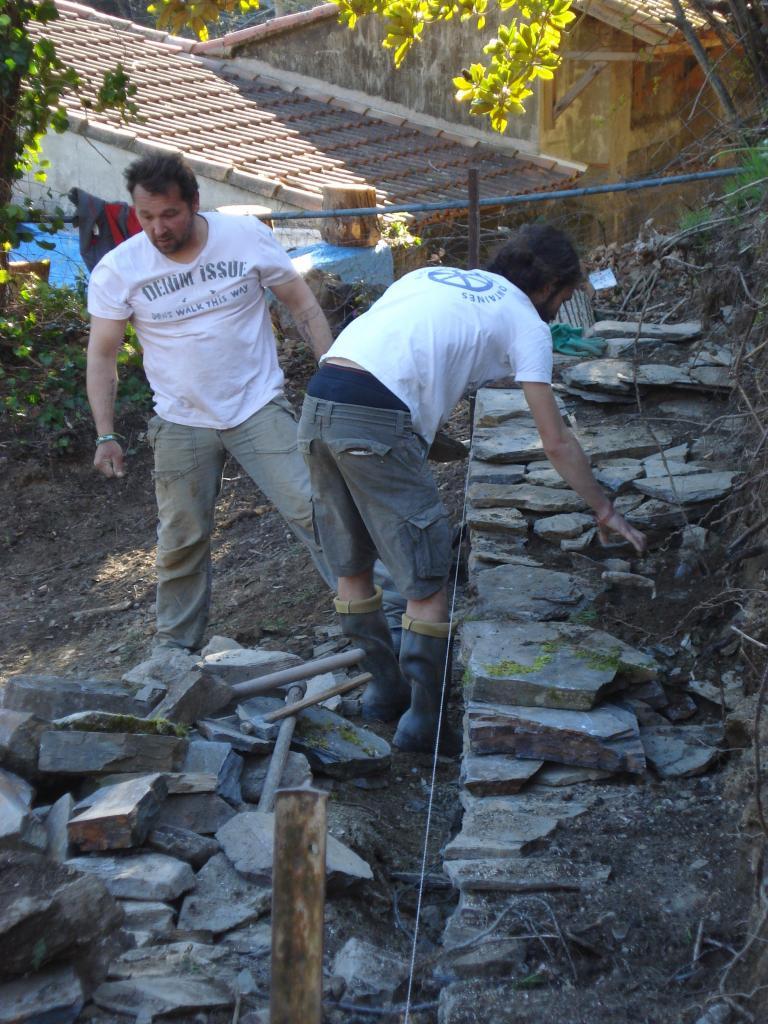 Construction du mur en pierres sèches, José et Simon (2)