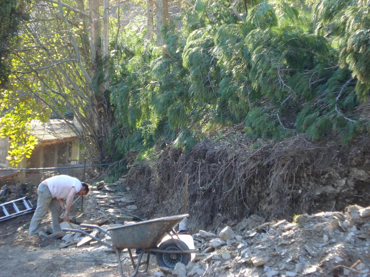 Construction du mur en pierres sèches, José et Simon (4)