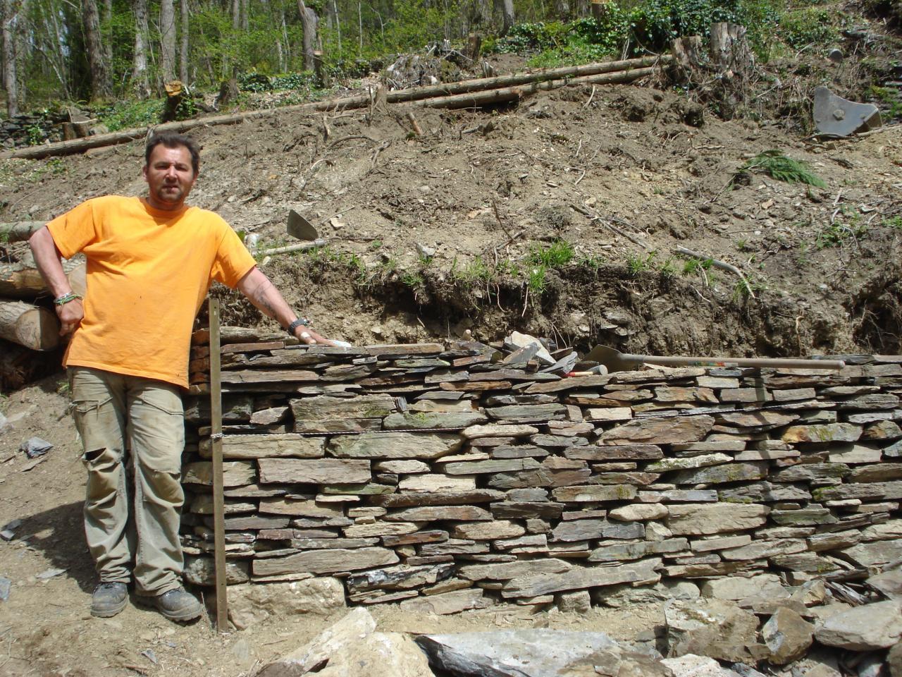 Construction du mur en pierres sèches, José et Simon (8)